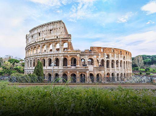 Il Colosseo visto da una vicina area verde