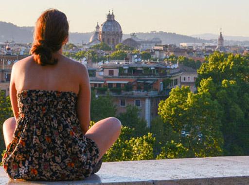 Ragazza seduta sulla terrazza guarda il panorama dal Giardino degli aranci
