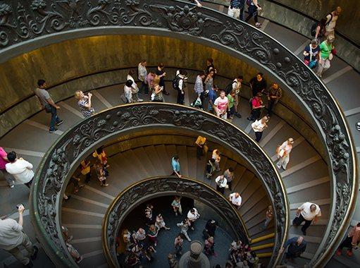 Visitatori percorrono la scala elicoidale dei Musei Vaticani