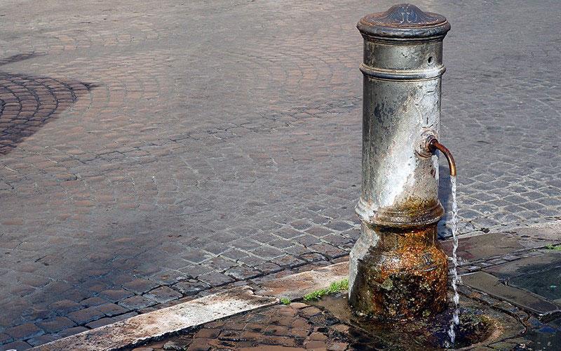 Il nasone, tipica fontanella di Roma