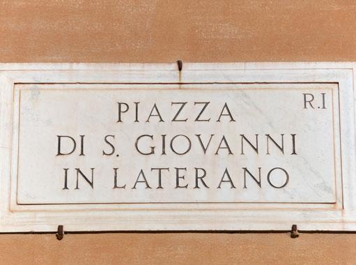 Targa indicante piazza San Giovanni in Laterano a Roma.