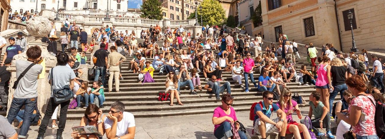 Scalinata di Trinità dei Monti frequentata da turisti, seduti sui gradini (Roma)
