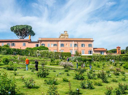 Visitatori camminano tra gli spazi verdi del Roseto di Roma
