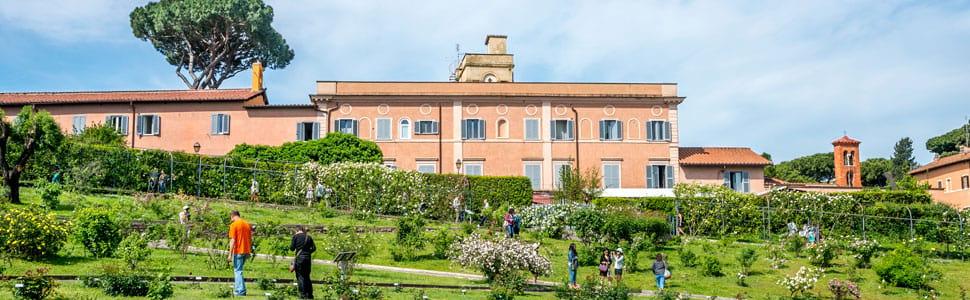 Visitatori camminano nelle aiuole del Roseto di Roma