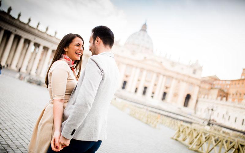 San Valentino a Roma. Coppia a piazza San Pietro